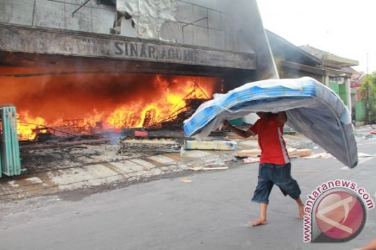 Dua unit toko di Kota Madiun terbakar