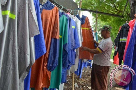 Penjual jas hujan di Monas panen untung