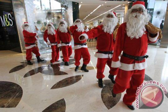 Sinterklas bagi bingkisan Natal untuk pasien rumah sakit