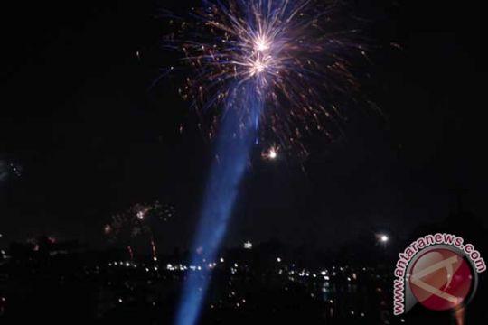 Di TMII juga pesta kembang api