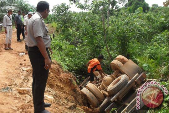 Empat pekerja tewas akibat truk sawit terbalik
