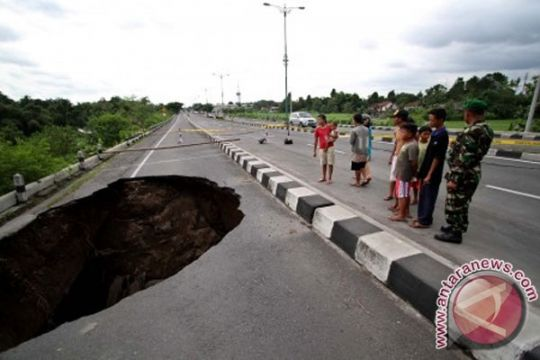 Ruas jalan nasional Wangon-Ajibarang sepanjang 10 meter ambles