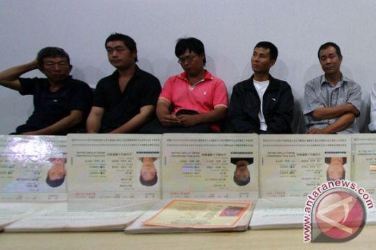 Pemohon paspor protes permainan Kantor Imigrasi Karawang