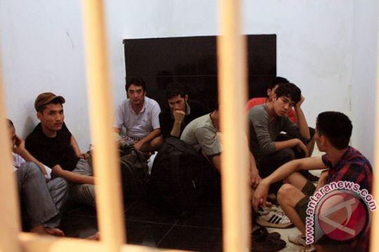 Karawang deportasi 16 tenaga kerja asing