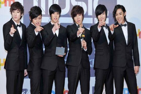 Boysband Korea U-KISS bantu korban banjir Jakarta