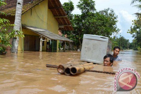 Warga Bandarlampung evakuasi mobil hanyut terseret banjir