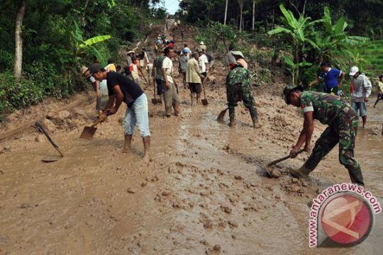 Sudah 80 persen pengerukan material longsor jalan Magelang-Purworejo