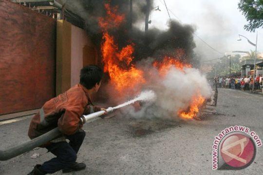 Mobil minibus terbakar di Lombok Barat