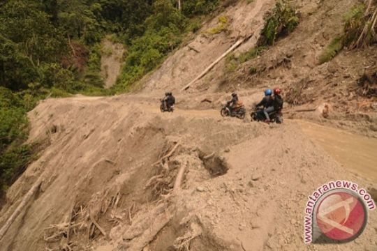 Alat berat bersihkan jalan longsor antarkabupaten di Palu-Sigi