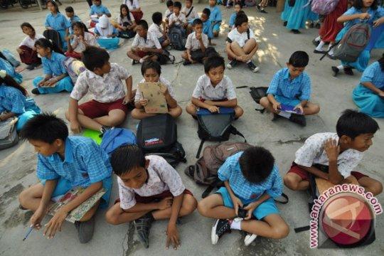 Warga segel dua sekolah dasar di Palu