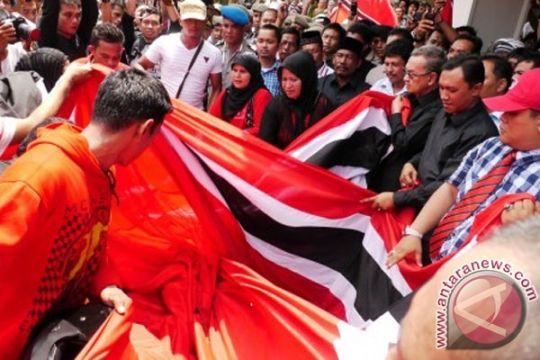 Polisi-TNI bubar paksa pawai bendera bulan-bintang