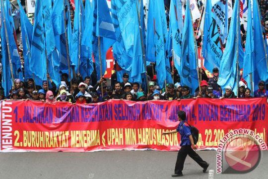 Puluhan ribu buruh demonstrasi di depan Grahadi