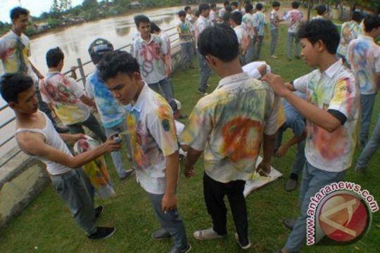 Ketahuan coreti seragam, siswa dihukum mencat tembok