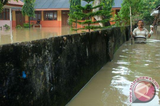 Hujan deras putuskan jalan penghubung pantura Pamekasan-Madura