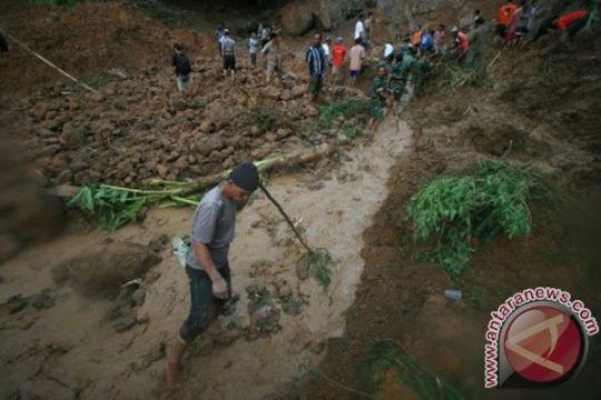 Tanah ambles tiga KK di Pamekasan mengungsi