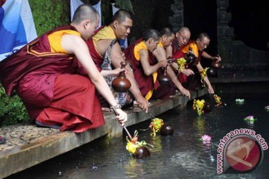 Umat Buddha ambil air berkah Waisak di Umbul Jumprit