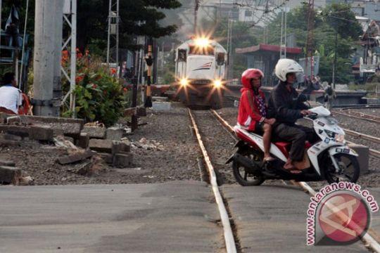Anggota TNI Karawang meninggal terobos perlintasan kereta