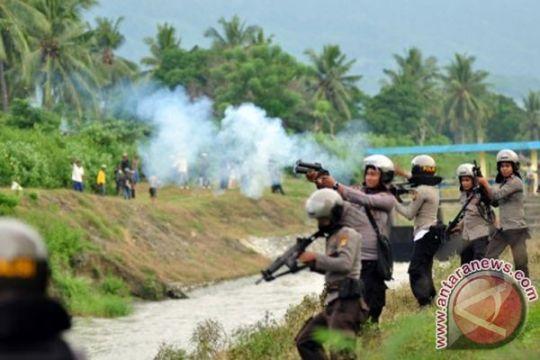 Dua kelompok masyarakat di Karawang terlibat bentrok