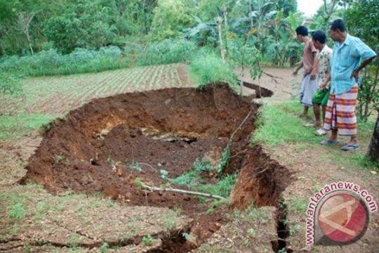 Tanah ambles muncul di Desa Bedoyo, Gunung Kidul
