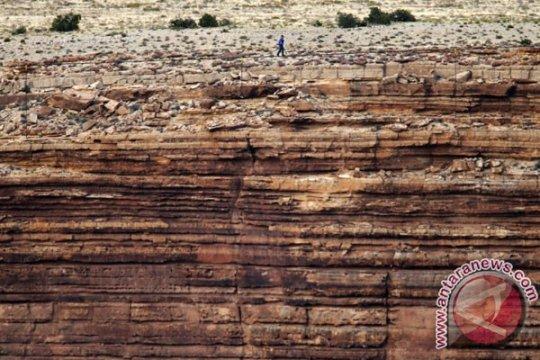 Pemain akrobat seberangi Grand Canyon dengan kabel