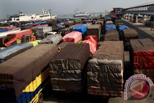 Antrean truk padati dermaga Pelabuhan Merak