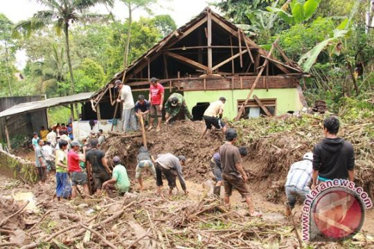Tiga kecamatan di Lumajang-Jatim diterjang angin kencang