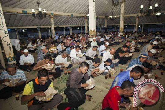 Masjid Agung Karawang sediakan takjil selama Ramadhan