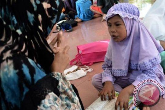 Anak-anak muda yang berbagi ilmu dengan anak jalanan