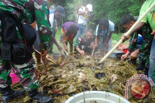 Warga perbatasan Papua rayakan Natal dengan bakar batu bersama