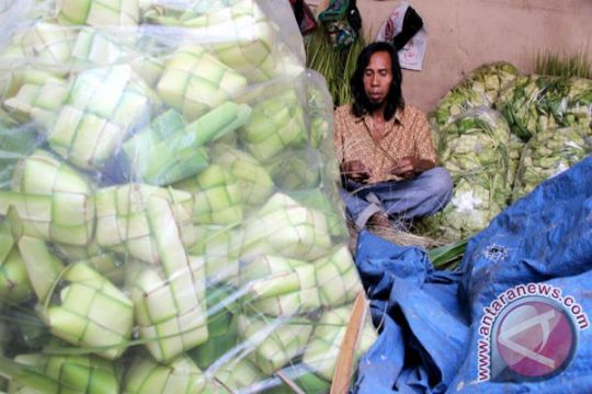 Pedagang di Palmerah jual 5.000 kulit ketupat/hari