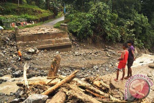 Jembatan di jalan lintas tengah Sumatera terputus