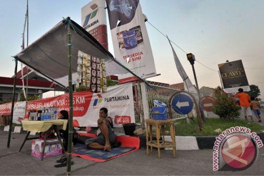 Warung dadakan bermunculan di jalur mudik Karawang-Subang