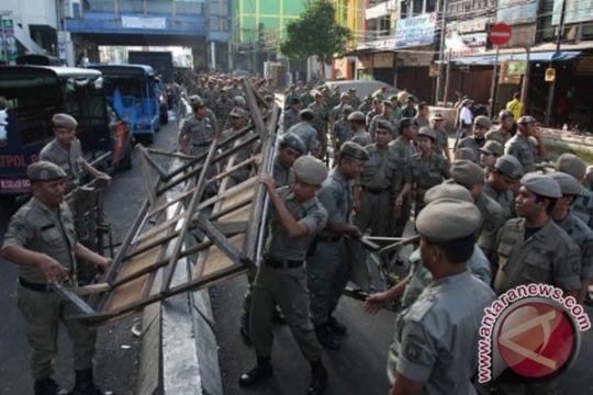 Satpol PP tertibkan bangunan liar di bantaran Kali Mampang
