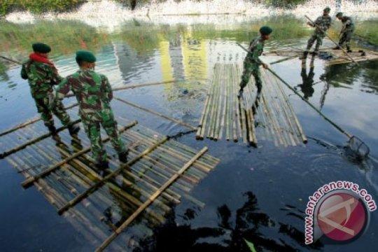 Peringati HPSN, ratusan prajurit TNI Korem Samarinda bersihkan sampah