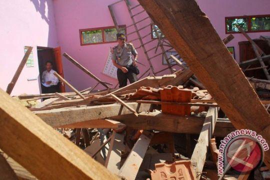 Atap gedung SD di Madiun roboh