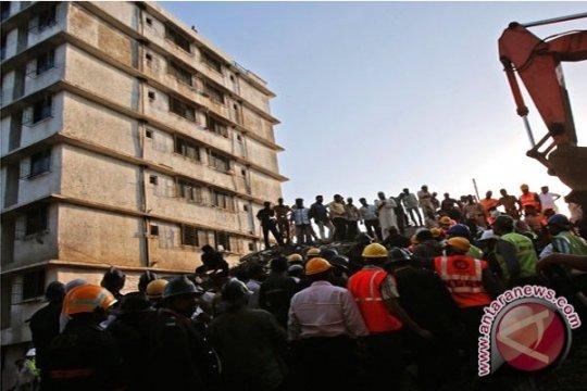 Tembok roboh di India Barat tewaskan belasan orang