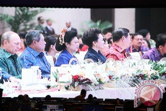 """APEC costume"", dulu batik kini endek Bali"