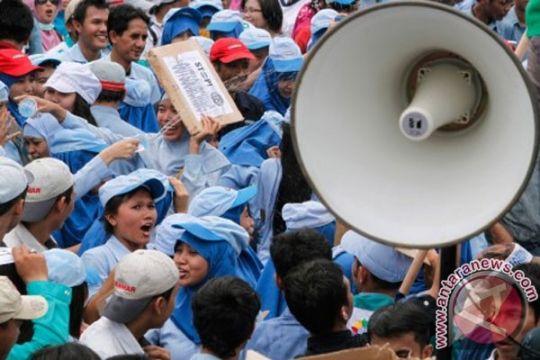 Buruh tuntut UMP Rp3,7 juta di kantor Pemprov Lampung