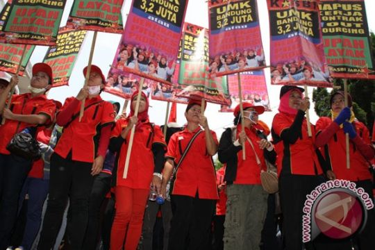 Puluhan buruh diPHK sepihak datangi DPRD Sulut