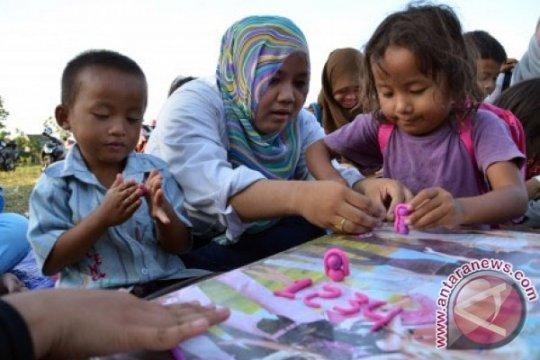 """Rumah belajar anak jalanan mendapat bantuan komunitas """"Bright Foundation"""""""