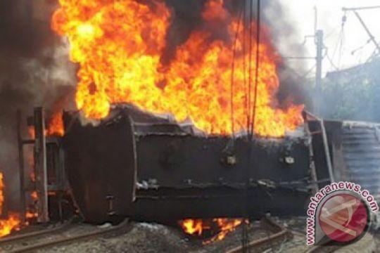 Kobaran api KRL Commuterline belum dapat dipadamkan