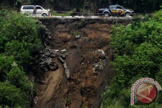 Longsor merusak jalan dan rumah warga di Probolinggo