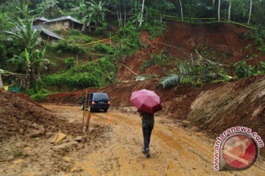Tanah amblas akibat hujan deras