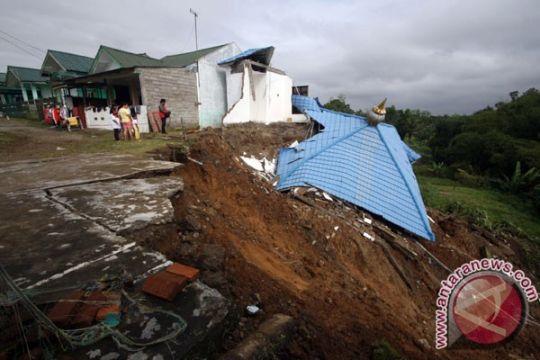 Longsor Magetan rusakkan satu rumah dan tutup jalan