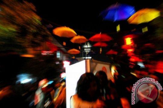 Jalan Braga berhias payung aneka warna