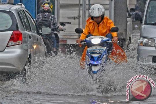 Banjir di Bekasi Timur masih tinggi, warga menderita