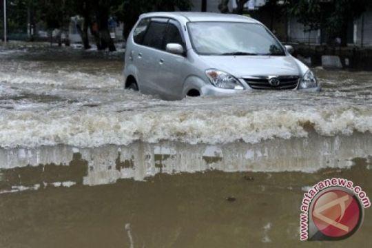 Warga Kelapa Gading diminta waspada bajing loncat di tengah banjir