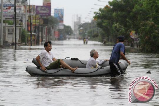 Jalan terendam semeter akibat luapan Cisadane