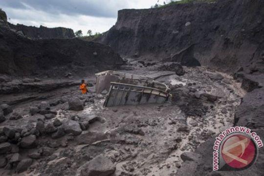 Enam truk penambang pasir Merapi tertimpa longsor tebing Kali Bebeng