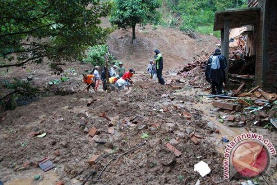 Enam rumah di Lebak rusak terkena longsor